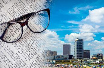 Koran dan Kacamata Dengan Atlantic City di Latar Belakang