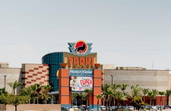 Kasino suku menimbang risiko duel COVID-19, kehancuran ekonomi