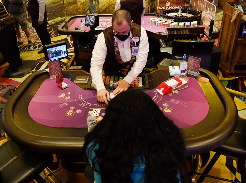Taruhan NFL, permainan meja kembali menawarkan secercah harapan di kota-kota kasino yang terkena dampak COVID di Colorado - The Fort Morgan Times