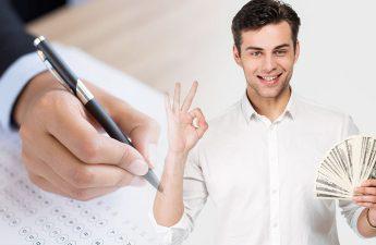 Orang Bahagia Memegang Uang Dengan Tulisan Tangan di Atas Kertas