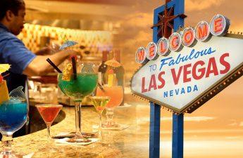 Bartender Mengerjakan Minuman Mewah dan Tanda Las Vegas