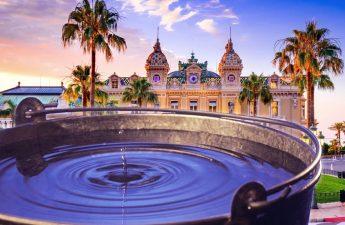Drop in a Bucket Dengan Latar Belakang Casino de Monte Carlo