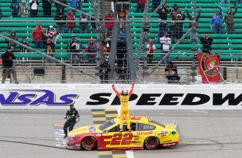 Joey Logano memenangkan Hollywood Casino 400 di Kansas Speedway untuk merebut tempat di final Cup Series | FOX 4 Kansas City WDAF-TV