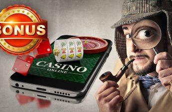 Pria Berpakaian sebagai Detektif Dengan Grafis Kasino